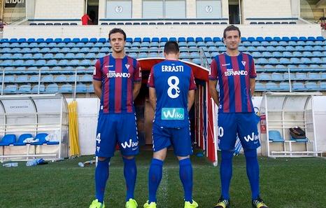 Añibarro, Errasti y Arruabarrena posan con la nueva equipación. (Juanan RUIZ / ARGAZKI PRESS)